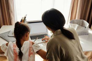 ¿Cómo ayudar a tus hijos a sobrellevar el regreso a clases en línea?